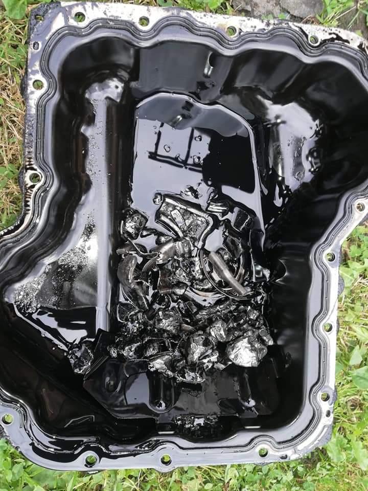 Piston explosé - Débris au fond du carter